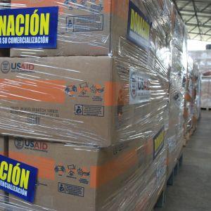 Venezuelaan tarkoitettuja avustustarvikkeita varastossa Kolumbiassa
