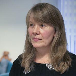 Lasten kaltoinkohtelua tutkiva gynekologi Minna Joki-Erkkilä, taustalla pieni nalle