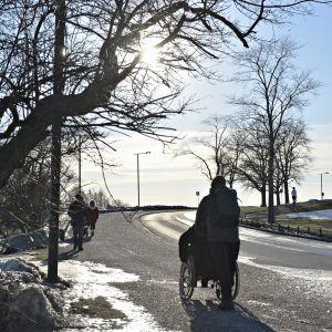 Ihmisiä ulkoilemassa aurinkoisena pakkaspäivänä Helsingin Kaivopuistossa 21. helmikuuta 2019.