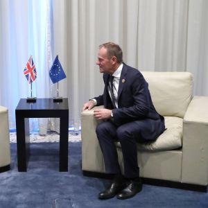 Britannian pääministeri Theresa May keskusteli Sharm El Sheikhissä Eurooppa-neuvoston puheenjohtajan Donald Tuskin kanssa.