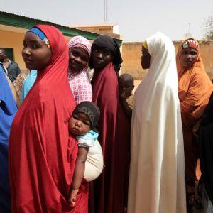 Ihmisiä jonottomassa äänestyspaikalle Kazauressa, Nigeriassa 23. päivä helmikuuta 2019.