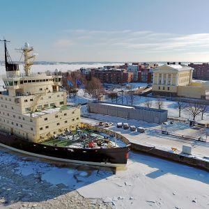 Jäänmurtaja Sisu laiturissa Katajanokalla Helsingissä.