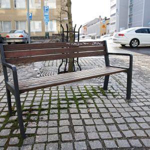 Verinen puistonpenkki Turun Tuureporinkadulla.
