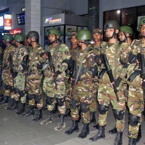 Bangladeshilaiset erikoisjoukot Chittagongin lentokentällä.