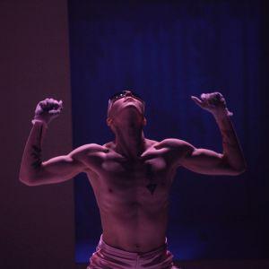 Helsingin Kaupunginteatteri – Bonfire: The Wandering Bands Of Storytelling Sapiens – Kuvassa Justus Pienmunne – Kuva © Henriikka Koskenniemi