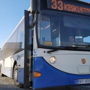 TKL:n bussi seisoo pysäkillä.