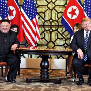 Yhdysvaltain presidentti Donald Trump ja Pohjois-Korean johtaja Kim Jong-un hymyilevät yhteiskuvassa 28. helmikuuta.