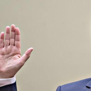 Michael Cohen vannomassa valaansa oikeudessa ennen istunnon alkua 27. helmikuuta.