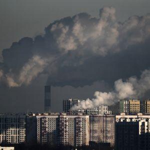 Savuisa taivas ja moskovalaisia kerrostaloja