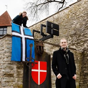 Jaan-Matti Saul ja Peedu Tuisk esittelevät ristilippua Tallinnassa