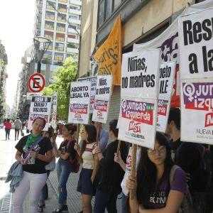 Mielenosoittajat vaativat raiskatuksi tulleelle tytölle oikeutta aborttiin 25. helmikuuta Buenos Airesissa.
