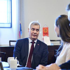 Antti Rinne keskustelee puoluetovereidensa kanssa
