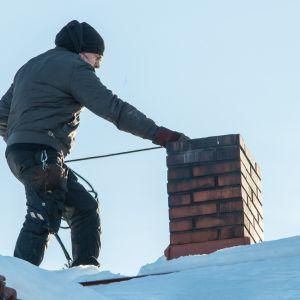 Nuohooja töissä katolla