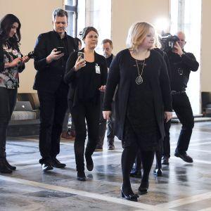 Valiokunnan puheenjohtaja Krista Kiuru median ympäröimänä sosiaali- ja terveysvaliokunnan neuvottelutauolla eduskunnassa Helsingissä perjantaina 1. maaliskuuta.