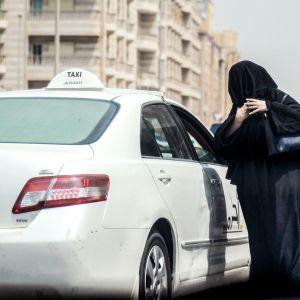 Saudinaisia nousemassa taksiin Jeddahissa syyskuussa 2017.