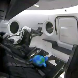 Kuvakaappaus videosta Dragon-kapselin sisältä. Kyydissä on mallinukke Ripley.
