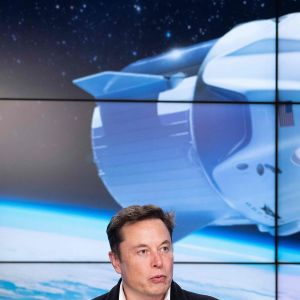Elon Musk SpaceX -avaruuskapselin laukaisun jälkeisessä tiedotustilaisuudessa Kennedyn avaruuskeskuksessa Floridassa 2. maaliskuuta.