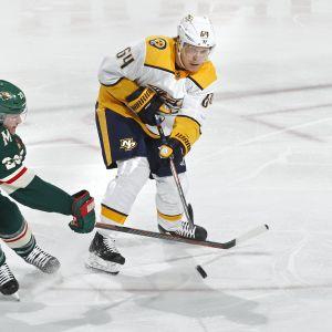 Minnesotan Ryan Suter ja Nashville Mikael Granlund taistelevat kiekosta.