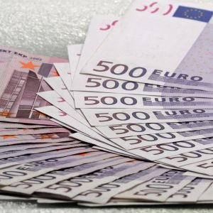 Viuhka 500 euron seteleitä.