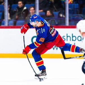Jokerit - Dinamo Moskova, KHL:n pudotuspeleissä. Kuvassa laukoo Peter Regin.