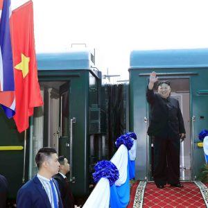 Pohjois-Korean johtaja Kim Jong-un vilkutti lähtiessään Hanoista kotimatkalle lauantaina.