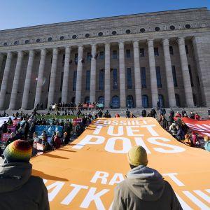 Helsingin keskustassa protestoitiin 6. maaliskuuta ilmastomielenosoituksessa eduskuntatalon edessä.