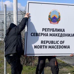 Kreikan ja Pohjois-Makedonian rajalla vaihdettiin uutta nimikylttiä helmikuussa.