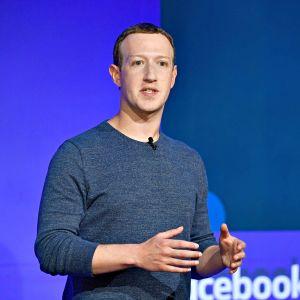 Mark Zuckerberg pitämässä puhetta lehdistötilaisuudessa Pariisissa.