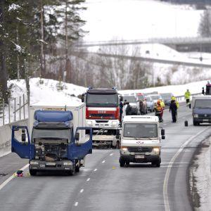 Salon Suomusjärvellä tapahtui 25. helmikuuta 2016 arvokuljetusauton (oik.) ryöstö. Kuva tapahtumapaikasta sen jälkeen, kun poliisi ja pelastuslaitos ovat tulleet paikalle ja aloittaneet tutkinnan.