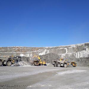 Kaivosajoneuvoja Kevitsan kaivoksella Sodankylässä.