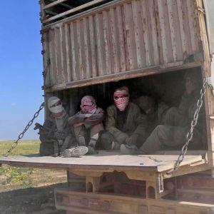Isis-taistelijoita ja heidän perheenjäseniään kuljetetaan rekan kontissa.