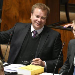 Keskustan eduskuntaryhmän puheenjohtaja Antti Kaikkonen eduskunnan täysistunnossa Helsingissä 8. maaliskuuta