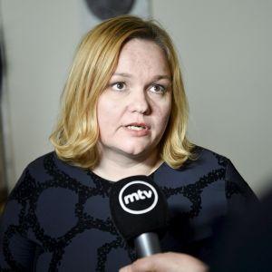 Sosiaali- ja terveysvaliokunnan puheenjohtaja Krista Kiuru (sdp)  vastasi toimittajien kysymyksiin eduskunnassa 8. maaliskuuta