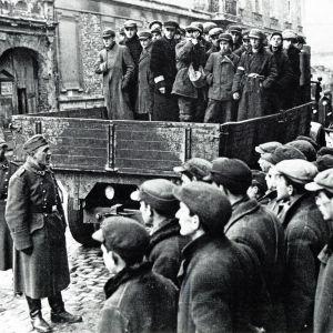 Juutalaisia siirretään Varsovan ghetosta 1941.