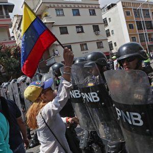 Poliisi esti Juan Guaidón tukijoiden kulkua Caracasissa lauantaina.