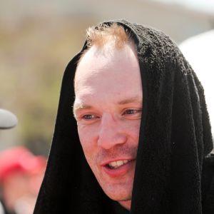 Jari-Matti Latvala pyyhe päässään Meksikon rallissa.