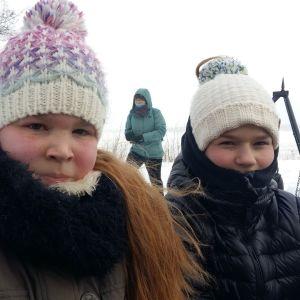 Aino Jussila ja Lempi Lintukorpi Tammelan Saaren kasansapuistossa.