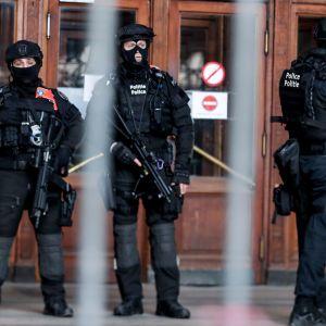 Ranskalais-algerialainen Mehdi Nemmouche tuomittiin elinkautiseen vankeusrangaistukseen neljän ihmisen hengen vaatineesta terrori-iskusta Brysselin juutalaismuseoon. Vahvasti aseistautuneet poliisit vahtivat Brysselin oikeustalolla tuomionantopäivänä.