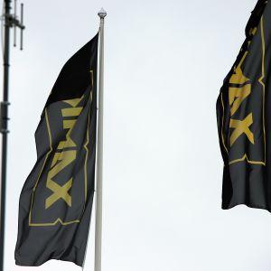 Kaksi Kaakkois-Suomen ammattikorkeakoulun lippua liehumassa