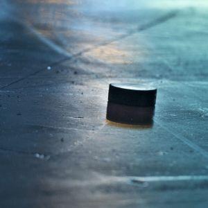 Jääkiekko jään pinnassa.