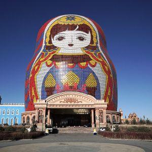 Manzhouli haluaa vaalia mainettaan rajakaupunkina. Maatuskahotelli rakennettiin toissa vuonna vuonna 2004 valmistuneen maatuskapuiston viereen.