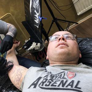 Miestä tatuoidaan.