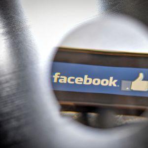 Facebookin logo näyttäytyy suurennettuna.