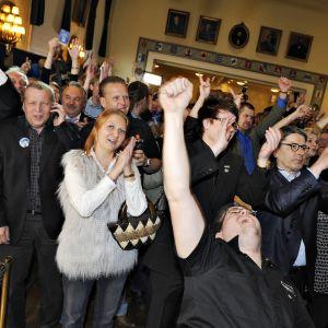Innokkaat äänestäjät odottivat vaalitulosten selkiytymistä vaalivalvojaisissa 2011.