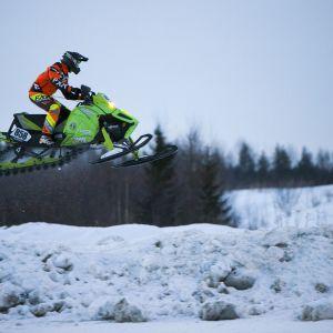 Siilinjärven Vesan Lasse Ruotsalainen ajaa Snowcrossia.