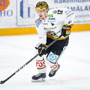 Kärppien Ville Leskinen kiekossa.