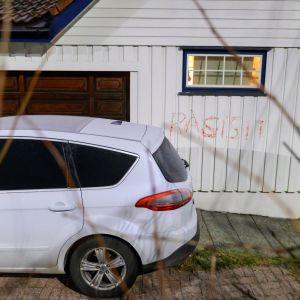 """Norjan oikeusministerin Tor Mikkel Waran kodin seinään töhrittiin joulukuussa sana """"rasisti"""". Auto paloi maaliskuussa."""