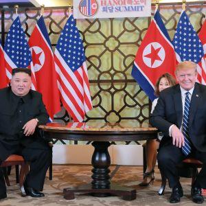 Pohjois-Korean johtaja Kim Jong-un ja Yhdysvaltain presidentti Donald Trump tapasivat helmikuun lopussa Vietnamissa. Kuvan välitti Pohjois-Korean virallinen uutistoimisto.