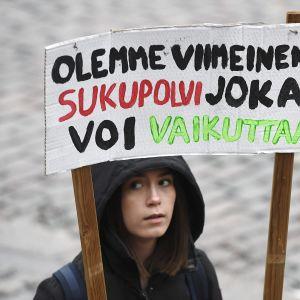 Mielenosoittaja Senaatintorilla.