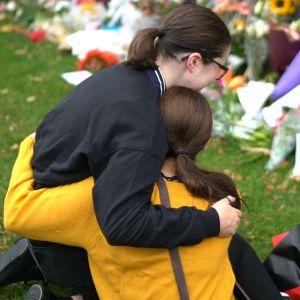 Teinitytöt halaavat toisiaan Christchurchin muistopaikalla